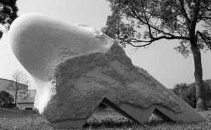 HOUSE_ON_PLANET__.Q.,_granit,_260_x_115_x_60_cm,_Hyuga,___Japonia,_2006